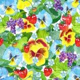 与庭院蝴蝶花的无缝的样式开花,草莓叶子和莓果,在蓝色的成熟无核小葡萄干 免版税库存照片