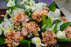 与康乃馨的在窗口的花束和虹膜 图库摄影