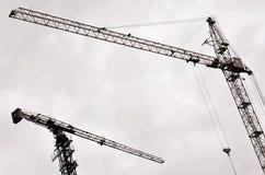 与建筑塔吊的抽象工业背景在清楚的蓝天 放置户外站点的砖建筑 编译建设中 库存图片