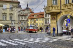 与建筑学和电车的布拉格老镇都市风景 库存照片