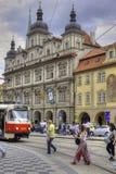 与建筑学和电车的布拉格老镇都市风景 免版税库存图片