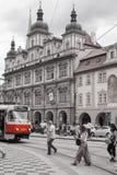 与建筑学和电车的布拉格老镇都市风景 免版税库存照片