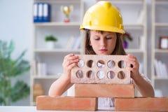 与建筑砖的女孩大厦 免版税库存图片