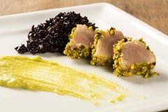 与开心果外壳、黑米和鲕梨纯汁浓汤的金枪鱼 免版税库存照片