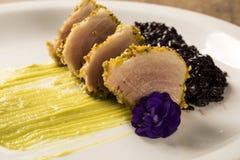 与开心果外壳、黑米和鲕梨纯汁浓汤的金枪鱼 免版税图库摄影