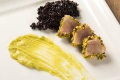与开心果外壳、黑米和鲕梨纯汁浓汤的金枪鱼 免版税库存图片