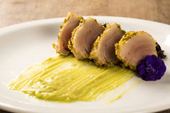 与开心果外壳、黑米和鲕梨纯汁浓汤的金枪鱼 图库摄影