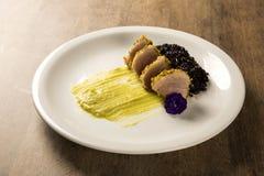 与开心果外壳、黑米和鲕梨纯汁浓汤的金枪鱼 库存图片