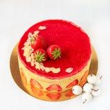 与开心果奶油平纹细布的蛋糕和新鲜 免版税图库摄影