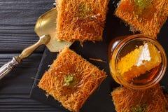与开心果粉末的土耳其点心kunefe, Kataifi酥皮点心克洛 库存照片