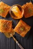 与开心果粉末的土耳其点心kunefe, Kataifi酥皮点心克洛 免版税库存图片
