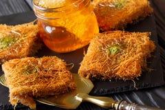 与开心果粉末的土耳其点心kunefe, Kataifi酥皮点心克洛 库存图片