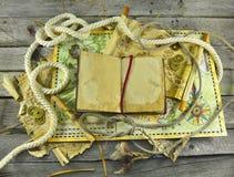 与开放书的海盗地图 库存图片