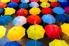 与开放五颜六色的伞的装饰 免版税库存照片