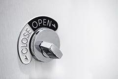 与开放和接近的标志的门锁系统 免版税图库摄影