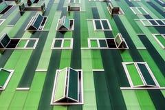 与开放和闭合的窗口的大厦 免版税图库摄影