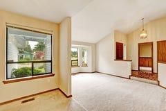 与开放地板的空的房子内部 免版税库存图片