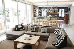 与开放学制厨房、休息室和饭厅的家内部 免版税图库摄影