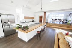 与开放学制厨房和饭厅的家内部 库存照片