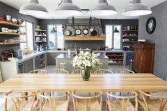 与开放学制厨房和饭厅的家内部 库存图片