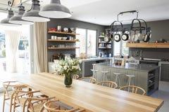 与开放学制厨房和饭厅的家内部 图库摄影