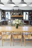 与开放学制厨房和饭厅的家内部 免版税库存图片
