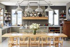 与开放学制厨房和饭厅的家内部 免版税图库摄影