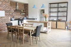 与开放学制厨房和饭厅的时髦的家庭内部 免版税图库摄影