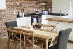 与开放学制厨房和饭厅的时髦的家庭内部 图库摄影