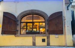 与开放快门的传统风格retauarant窗口在晚上 库存照片