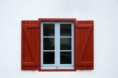 与开放快门的葡萄酒窗口 免版税库存图片