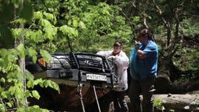 与开放敞篷的远征suv在森林 影视素材