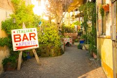 与开放标志的意大利酒吧 免版税库存照片