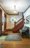 与开放楼梯的维多利亚女王时代的议院休息室 图库摄影