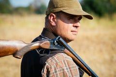 与开放猎枪的猎人 免版税库存图片