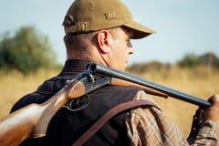 与开放猎枪的猎人 库存图片