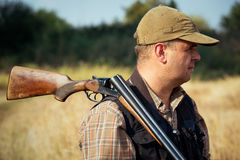 与开放猎枪的猎人 库存照片