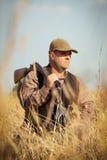 与开放猎枪的猎人 免版税图库摄影