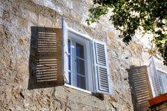 与开放白色窗帘(窗口快门)的白色窗口在其中一条老街道中在姆迪纳,历史的马耳他首都 免版税库存图片