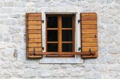 与开放百叶窗的木窗口 库存图片