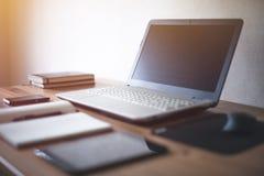 与开放的膝上型计算机的时髦的自由职业者工作区 库存照片