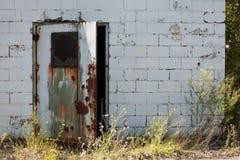 与开放的门的被放弃的工厂厂房 免版税库存照片