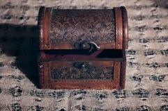 与开放盒盖的老木胸口 库存照片