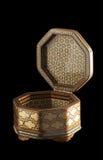 与开放盖子的八角型khatam小箱。 图库摄影