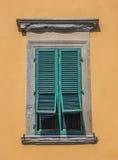 与开放窗帘的一半的典型的意大利窗口 免版税库存图片