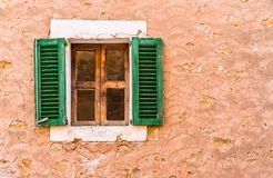 与开放绿色快门和土气墙壁的木窗口 免版税库存图片