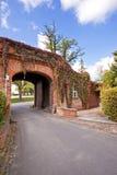 与开放门的红色bricked大厦 免版税图库摄影