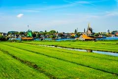 与开放领域、运河和荷兰风车的典型的荷兰风景 免版税图库摄影