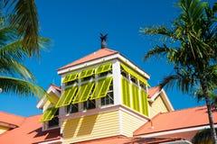 与开放黄色窗口的有双重斜坡屋顶的房屋在拿骚,巴哈马关闭 免版税库存图片
