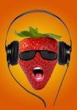 与耳机的草莓 库存照片